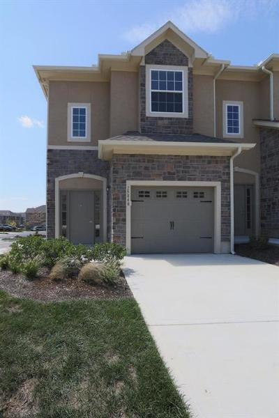 Overland Park Condo/Townhouse For Sale: 15840 Valley View Drive