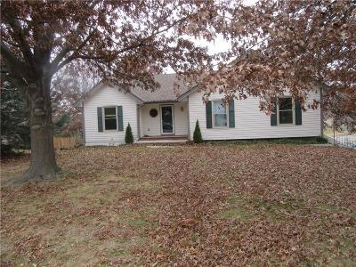 Kansas City Single Family Home For Sale: 5525 NW 82 Terrace