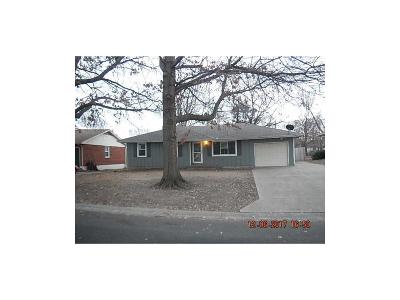 Lee's Summit Single Family Home For Sale: 703 NE Darwin Street