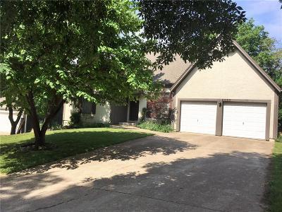 Lenexa Single Family Home For Sale: 8630 Oakview Drive
