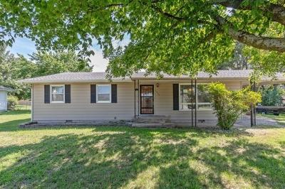 Paola Single Family Home Auction: 1207 Main Street