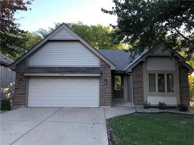 Kansas City Single Family Home For Sale: 8521 N Chatham Circle