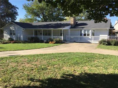 Kansas City Single Family Home For Sale: 6506 NW Twin Oaks Drive
