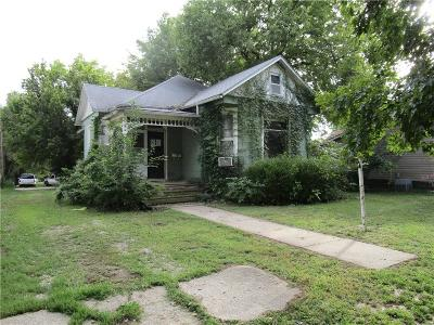 Paola Single Family Home Auction: 307 W Wea Street