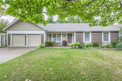 Lee's Summit MO Single Family Home For Sale: $205,000