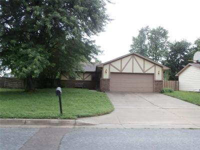 Single Family Home Auction: 511 W Campus Avenue