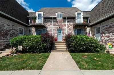 Overland Park Condo/Townhouse For Sale: 5724 Metcalf Court