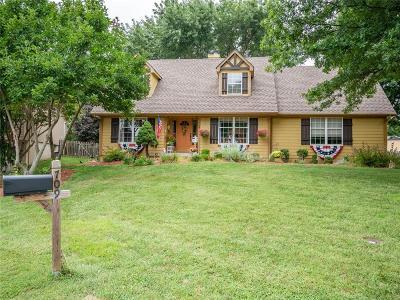 Blue Springs Single Family Home For Sale: 709 NE Hunters Circle
