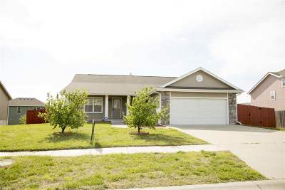 Single Family Home For Sale: 1010 Hickory