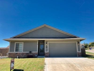 Junction City Single Family Home For Sale: 910 Dakota Lane