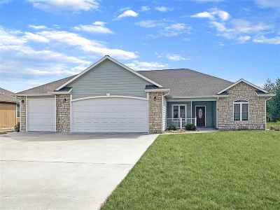 Wamego Single Family Home For Sale: 2215 Willow Creek Lane