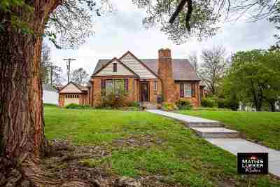 Single Family Home For Sale: 610 Crestview Drive