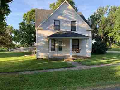 Riley County Single Family Home For Sale: 304 E Allen Street