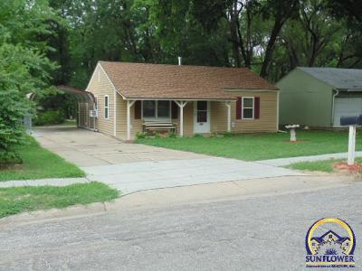 Topeka Single Family Home For Sale: 448 SE 34th St