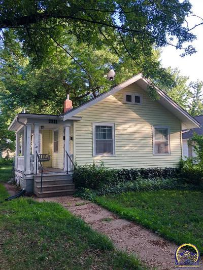 Topeka Single Family Home For Sale: 2211 SW Kenilworth Ct