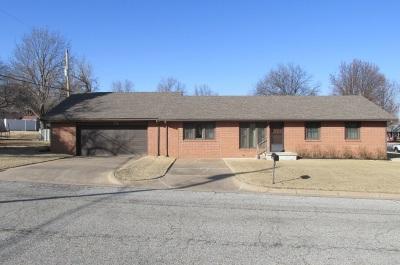 Arkansas City KS Single Family Home For Sale: $129,000