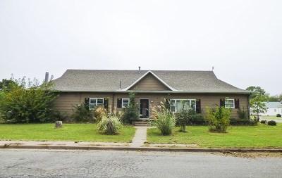 Single Family Home For Sale: 202 S Plum St