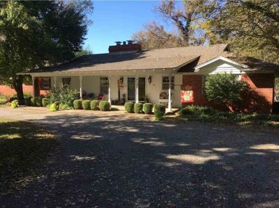 Arkansas City KS Single Family Home For Sale: $199,000