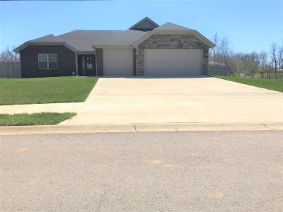Vine Grove Single Family Home For Sale: 130 Shirley Boulevard