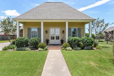 Lafayette Single Family Home For Sale: 406 Bluebonnet Drive