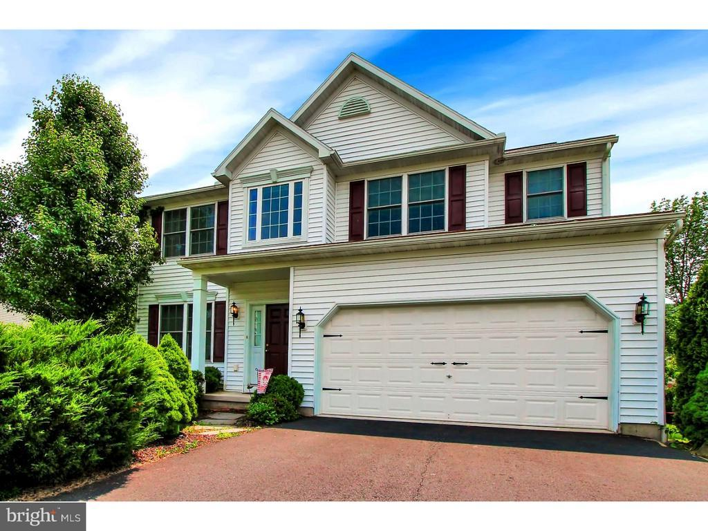 4 bed / 2 full, 1 partial baths Home in Reading for $235,000