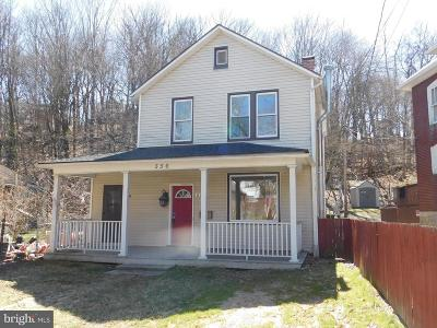 Cumberland Single Family Home For Sale: 556 Greene Street