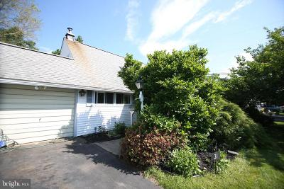 Levittown Single Family Home For Sale: 31 Deep Dale Dr W