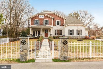 Alexandria Single Family Home For Sale: 8805 Winthrop Drive