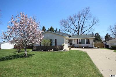 Single Family Home For Sale: 323 Seneca Dr