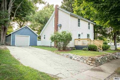 Leslie Single Family Home For Sale: 122 Spring St
