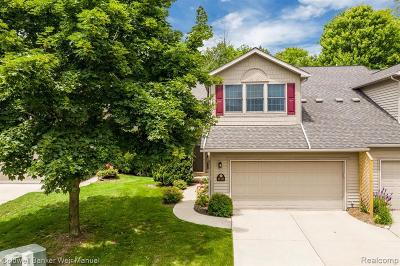 Lake Orion Condo/Townhouse For Sale: 216 Stratford Ln