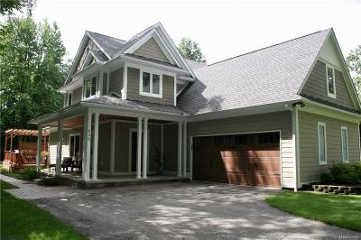 Rochester Hills Single Family Home For Sale: 240 Red Oak Ln