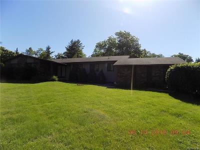 Macomb Single Family Home For Sale: 7855 Roberta Ln