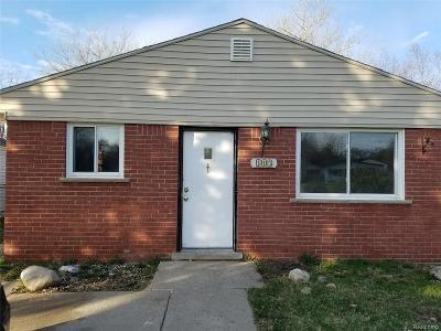 Pontiac Single Family Home For Sale: 143 W Kennett Rd