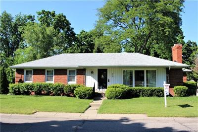 Grosse Pointe Woods Single Family Home For Sale: 844 Fairford Rd