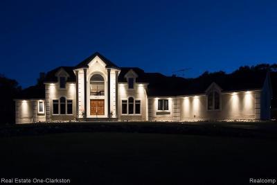 Clarkston Single Family Home For Sale: 6821 Strawberry Ln
