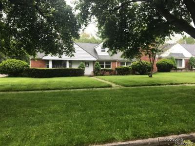 Pontiac Single Family Home For Sale: 161 Ottawa Dr
