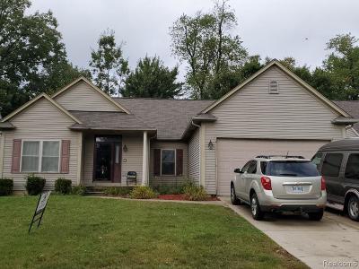 Pontiac Single Family Home For Sale: 1063 Club House Dr
