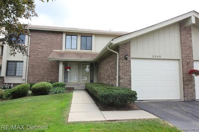 Rochester Hills Condo/Townhouse For Sale: 2945 Meadowbrook Dr