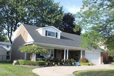 Grosse Pointe Woods Single Family Home For Sale: 828 Blairmoor Ct