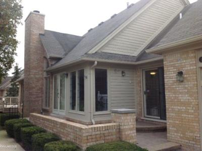 Macomb Condo/Townhouse For Sale: 16993 Coral Ln