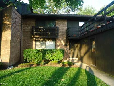 Sterling Heights Condo/Townhouse For Sale: 37202 Clubhouse Dr