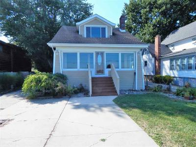 Algonac Single Family Home For Sale: 9890 N River