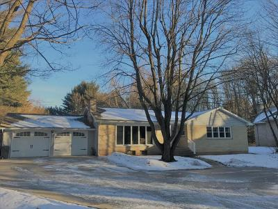 Marinette Single Family Home For Sale: 2418 Woodview Lane