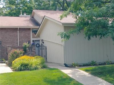 Rochester Hills Condo/Townhouse For Sale: 19 Kirks Court