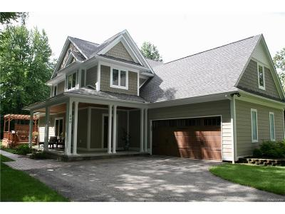 Rochester Hills Single Family Home For Sale: 240 Red Oak Lane