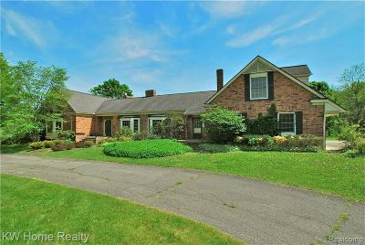 Oakland County Single Family Home For Sale: 3200 E Oakwood Road