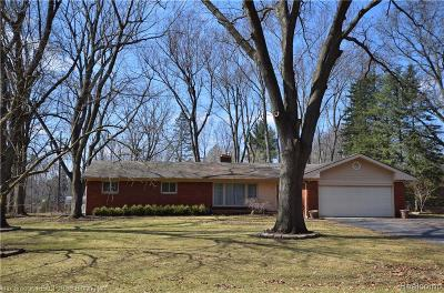 Oakland Twp Single Family Home For Sale: 555 Charlesina Drive