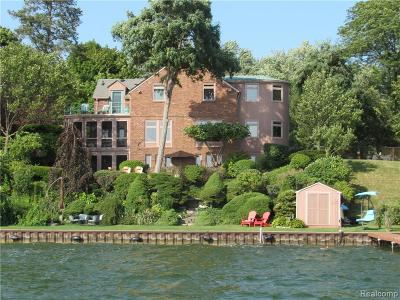 Pontiac Single Family Home For Sale: 1079 James K Boulevard