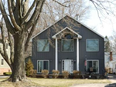 Single Family Home For Sale: 917 E Walled Lake Drive